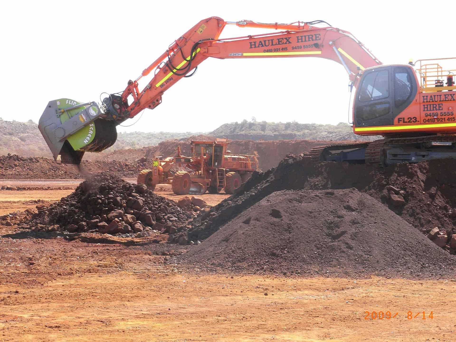 Excavator screening bucket